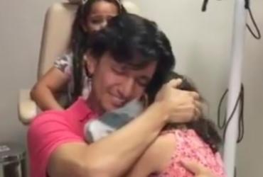 Aos 35 anos, homem ouve voz da filha, da mãe e da esposa pela primeira vez
