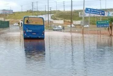 Alagamento interdita viaduto e congestiona trânsito na Paralela e Itapuã