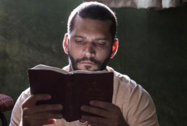 Em Homem Livre, ex-prisioneiro busca apoio na religião para fugir do passado |
