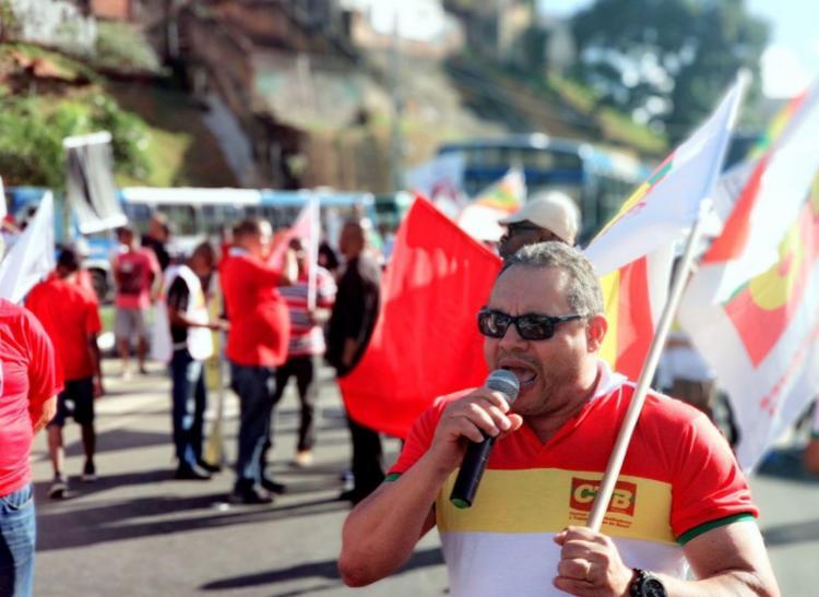 Manifestantes impedem passagem de coletivos que saem do Dique e Vasco em direção a Lapa - Foto: Raul Spinassé | Ag. A TARDE