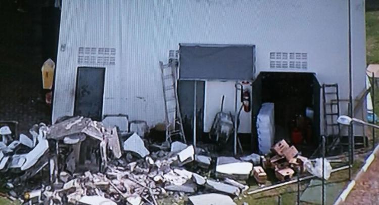 Parte do escritório desabou após explosão provocada por bandidos - Foto: Reprodução | TV Record