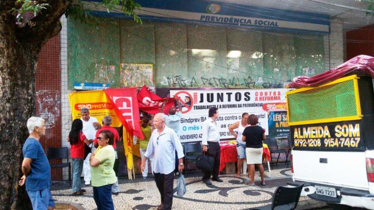 Em Salvador, manifestantes realizam ato na frente da Previdência Social das Mercês - Foto: Divulgação | CUT-BA