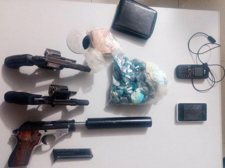 Suspeitos estavam com armas, maconha, celulares e outros materiais - Foto: Divulgação | SSP