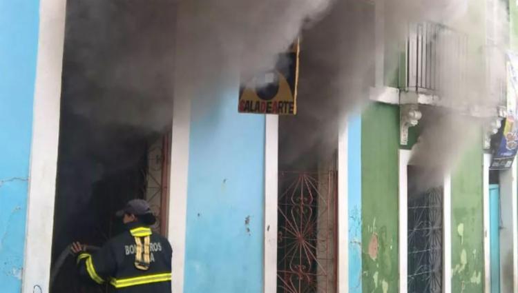 Três viaturas dos bombeiros trabalharam no combate ao incêndio - Foto: Divulgação | Bombeiros