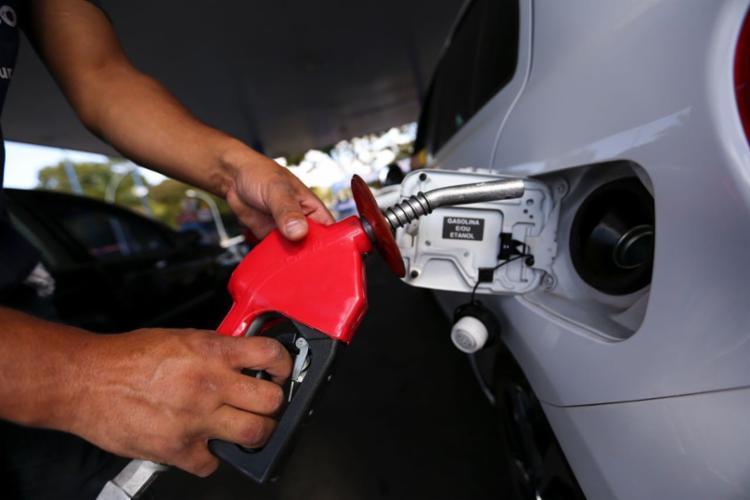Economizar combustível inclui rodar com o ar-condicionado na medida e trocar a marcha na hora certa - Foto: Divulgação