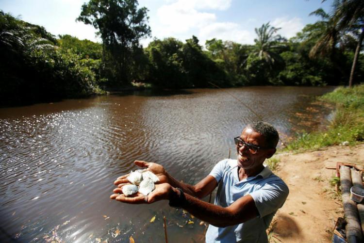 Bartolomeu, 53 anos, lembra da época de fartura de peixes, hoje escassos no rio - Foto: Raul Spinassé | Ag. A TARDE