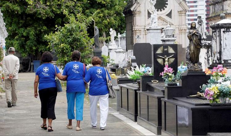 Grupos de idosos foram ao Campo Santo reverenciar a memória dos parentes - Foto: Luciano da Matta l Ag. A TARDE
