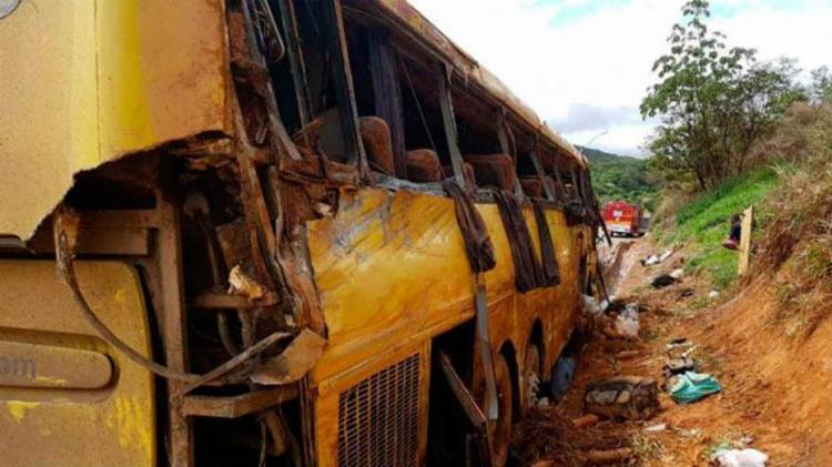 Veículo que seguia para São Paulo tombou perto da cidade de Brumadinho (MG) - Foto: Divulgação | Corpo de Bombeiros