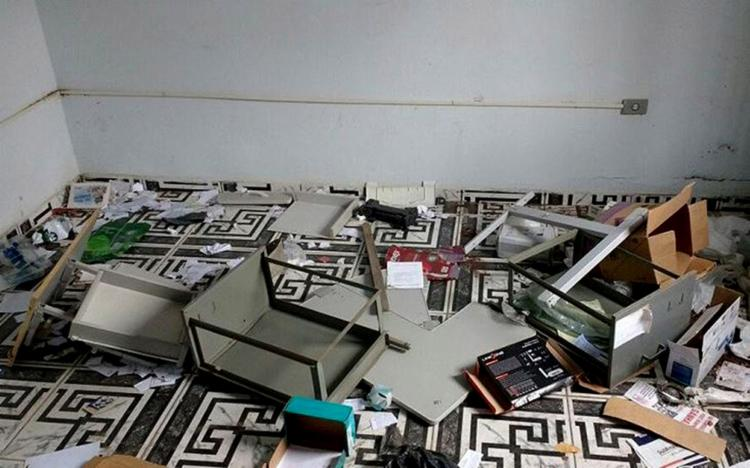 Dentro da delegacia, criminosos espalharam documentos e objetos - Foto: Foto do Leitor