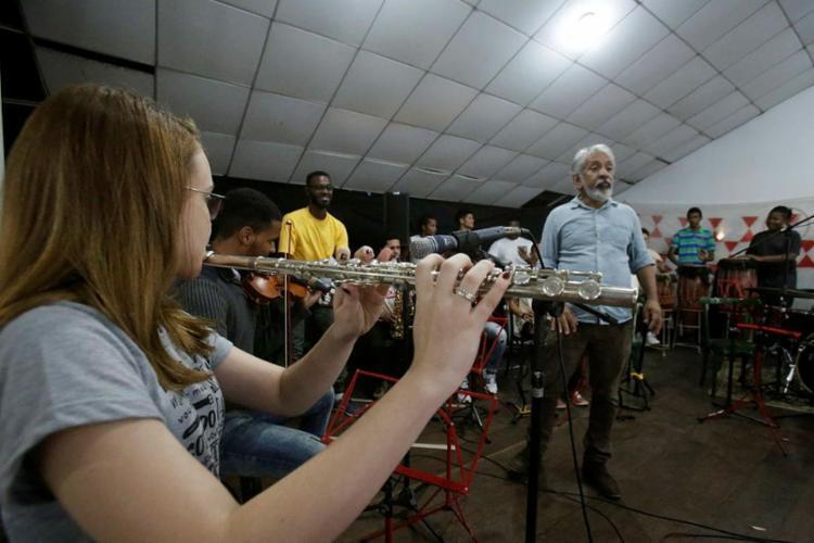 Letieres Leite no comando da orquestra Rumpillezinho - Foto: Mila Cordeiro | Ag. A TARDE