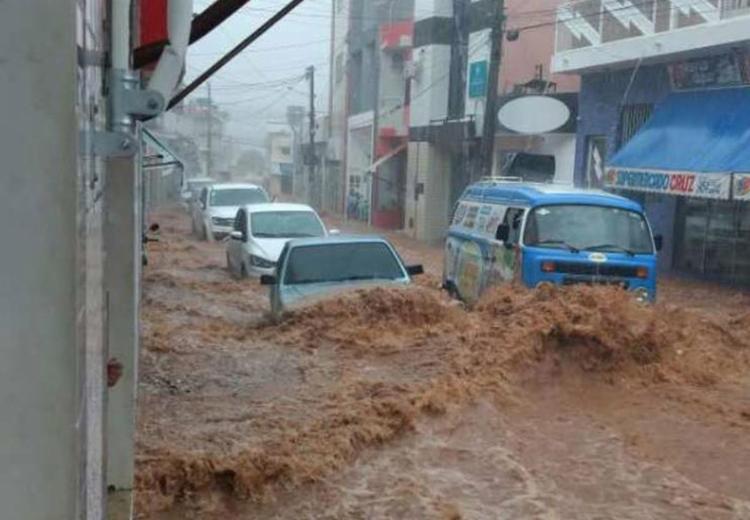 Veículos foram arrastados pela enxurrada - Foto: Via Whatsapp l Leitor do Sertão Em Dia