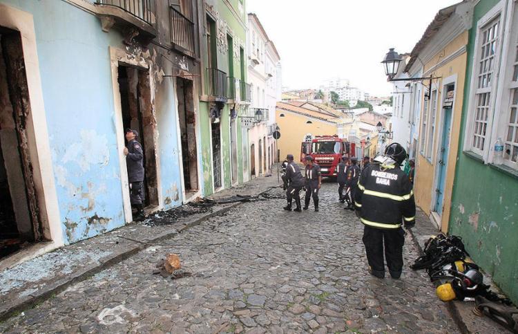 Bombeiros atuam em imóvel onde funcionava a Saladearte Cine XIV no Pelourinho - Foto: Luciano da Matta l Ag. A TARDE