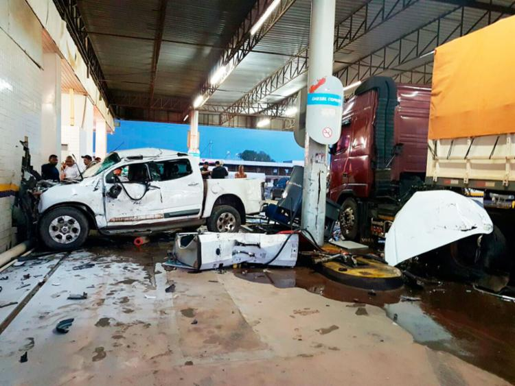 Antes de bater na parede, o carro colidiu em uma carreta e uma bomba de gasolina - Foto: Weslei Santos | Blog do Sigi Vilares