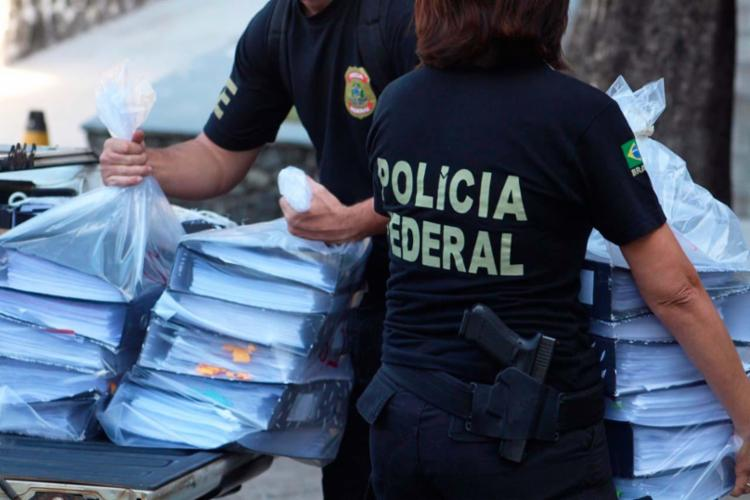 Policiais federais apreenderam documentos durante Operação Contrafeito - Foto: Divulgação   Polícia Federal
