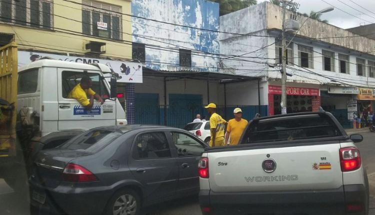 Veículos envolvidos no acidente bloqueiam trânsito - Foto: Paula Pitta | Ag. A TARDE