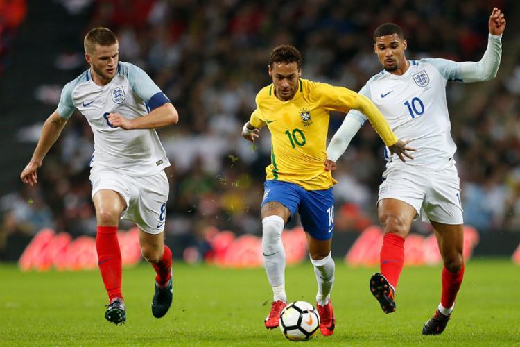 Brasil não conseguiu sair da marcação inglesa - Foto: Ian Kington | AFP