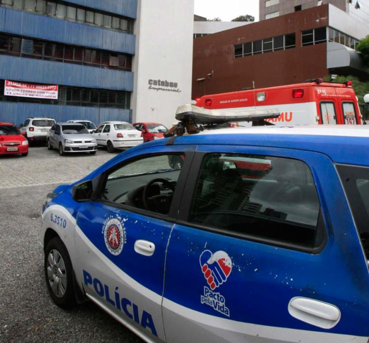Polícia e uma ambulância do Samu estão no local - Foto: Luciano da Matta   Ag. A TARDE