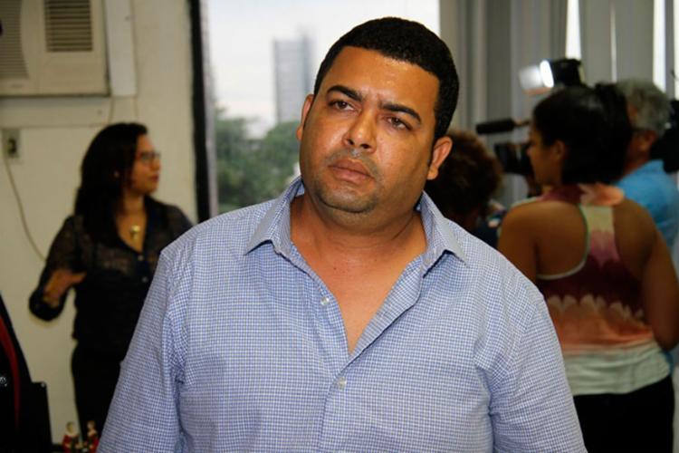 Aidílson de Sousa se apresentou na sede do DHPP, na Pituba, acompanhado de um advogado - Foto: Polícia Civil | Divulgação