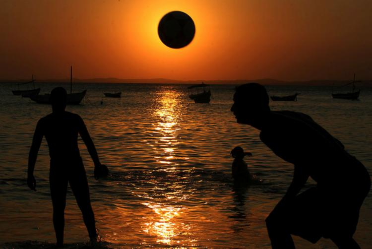 Soteropolitanos aproveitam o pôr do sol na praia do Porto da Barra - Foto: Lúcio Távora l Ag. A TARDE