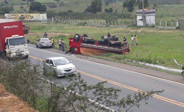 O caminhão caiu no acostamento e ficou com os pneus para cima - Foto: Reprodução | Recôncavo News