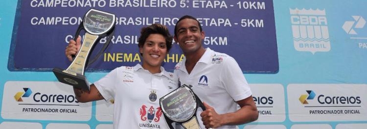 Ana Marcela e Allan do Carmo exibem seus troféus - Foto: CBDA | Divulgação