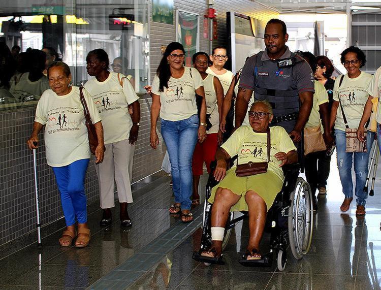 Agentes de saúde levaram os idosos para conhecer o metrô - Foto: Paulo Almeida l SMS
