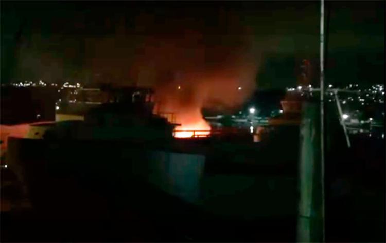 O incêndio aconteceu na noite desta quinta, 16, em um estaleiro - Foto: Reprodução | YouTube