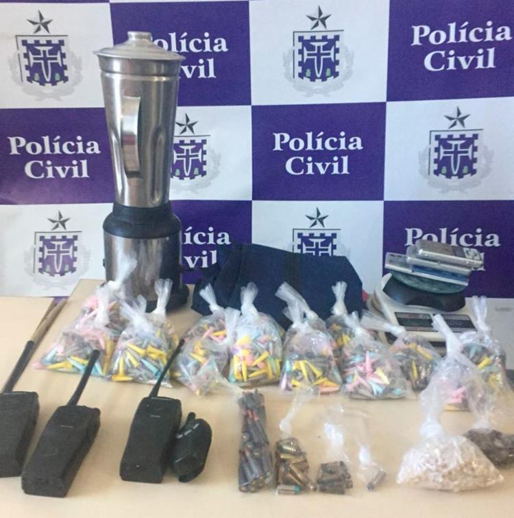 Além das drogas, foram apreendidos munições de fuzil AK47, um colete a prova de balas e rádios comunicadores - Foto: Divulgação | Polícia Civil