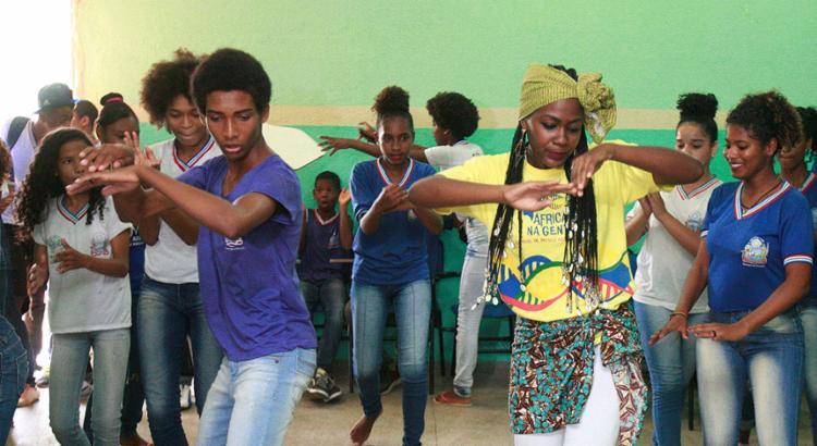 Alunos de escola em Cajazeiras usam a dança como expressão da ancestralidade - Foto: Luciano da Matta l Ag. A TARDE