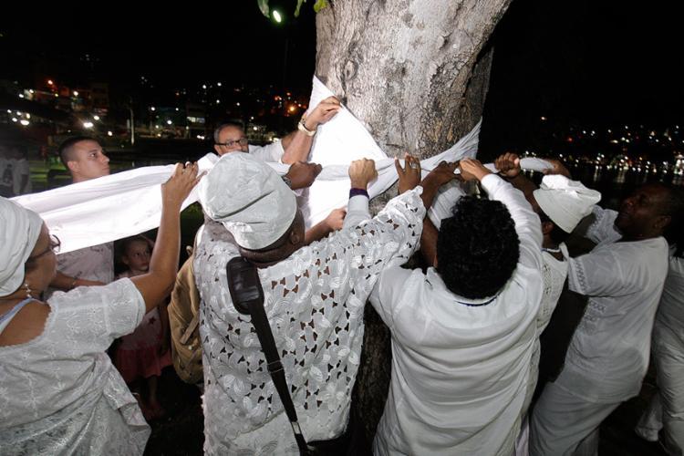 Depois de sacralizados, panos brancos foram amarrados aos troncos das árvores para pedir respeito às crenças - Foto: Mila Cordeiro l Ag. A TARDE
