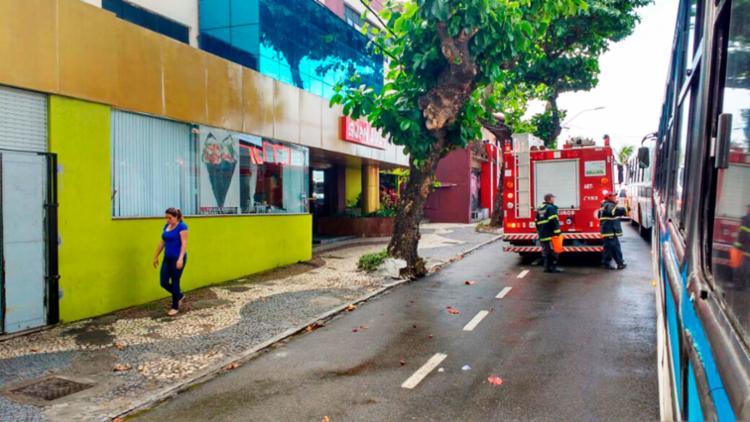 Bombeiros fizeram o rescaldo do incêndio na manhã desta sexta-feira - Foto: Cidadão Repórter | Via WhatsApp