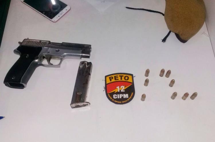 Uma arma, três celulares e drogas foram apreendidas com o atirador - Foto: Divuldação | PM-BA