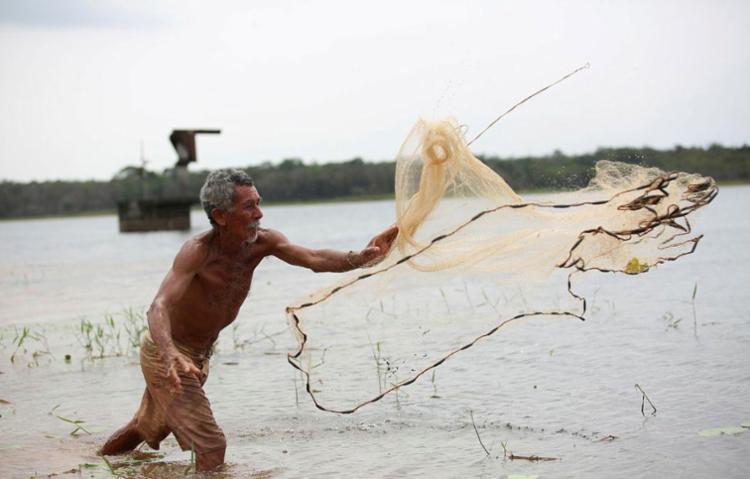 Francisco Oliveira, pescador, é visto na barragem Jonaes ll, no município de Simões Filho - Foto: Joá Souza | Ag. A TARDE