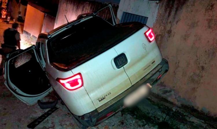 Durante a fuga, a dupla atropelou um ciclista e bateu no muro de uma casa - Foto: Reprodução   Radar 64