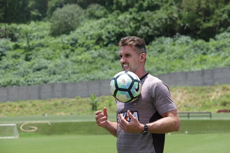 O técnico Vagner Mancini poderá contar com o retorno do lateral-direito Caíque Sá - Foto: Maurícia da Matta l EC Vitória