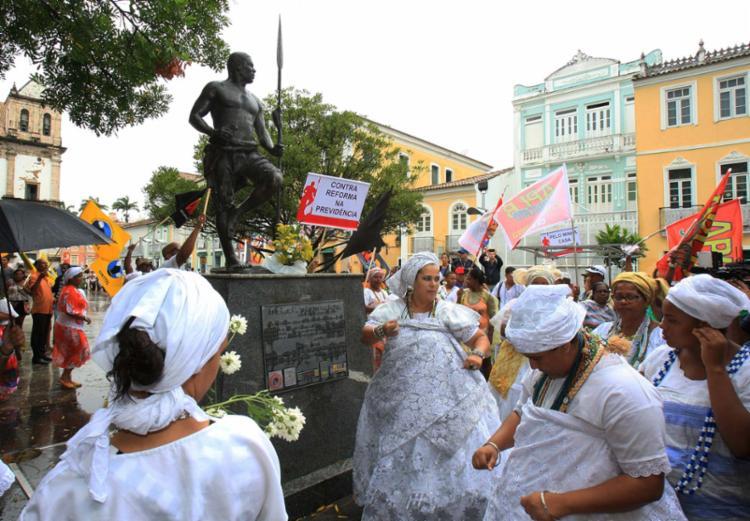 Nesta segunda, haverá a tradicional lavagem da estátua do Zumbi na Praça da Sé - Foto: Luciano da Matta | Ag. A TARDE | 20.11.2016
