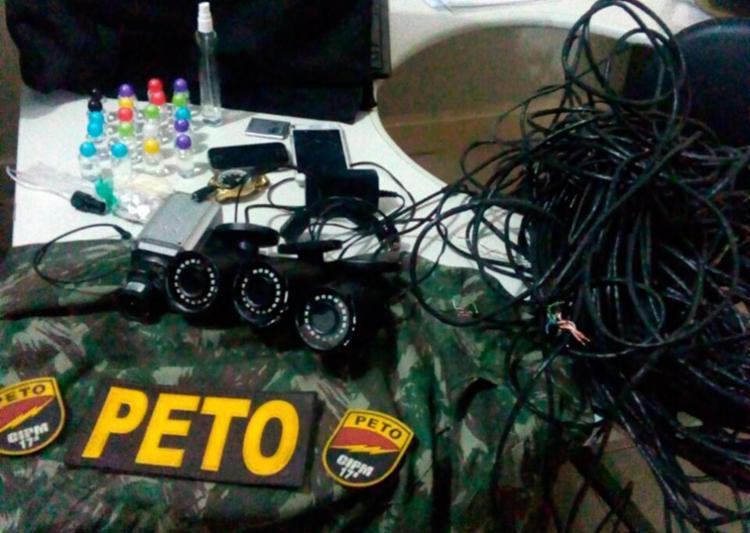 Com eles foram encontrados câmeras, monitores, drogas, colete e um uniforme camuflado - Foto: Divulgação | SSP-BA