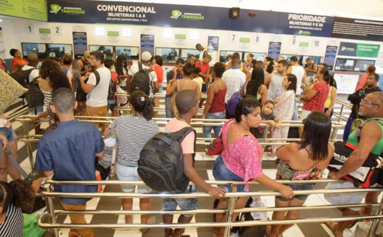Pedestres encontram filas no Terminal de São Joaquim, mas movimento segue dentro do esperado - Foto: Luciano da Matta | Ag. A TARDE | 02.11.2017