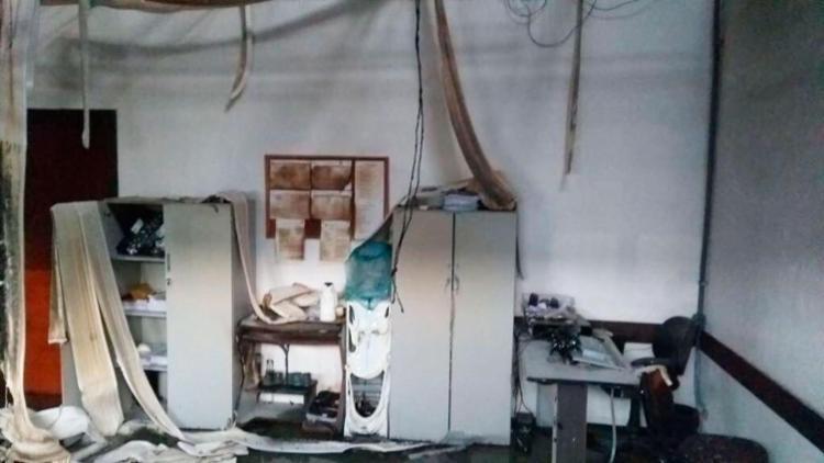 Fogo se alastrou por diversas salas do prédio e destruiu documentos - Foto: Divulgação | Prefeitura de Camaçari