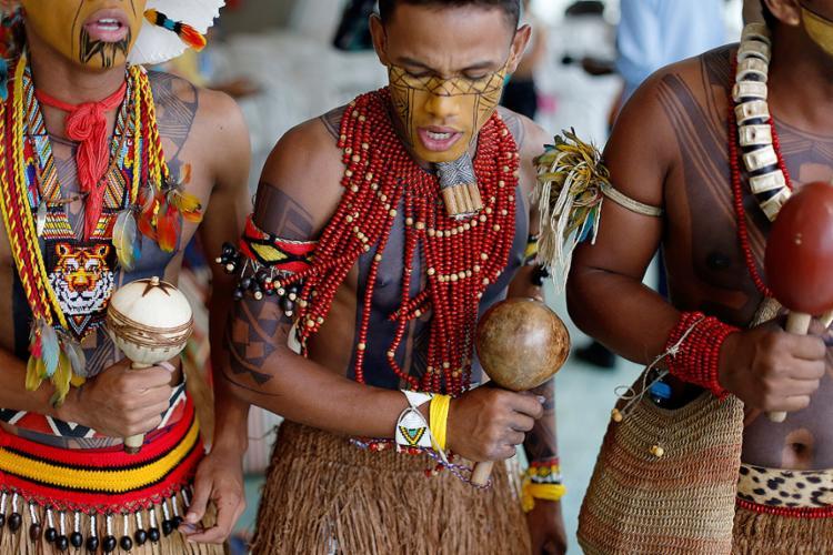 Alunos da Escola Estadual Indígena Coroa Vermelha, da aldeia Pataxó, de Santa Cruz Cabrália, no evento - Foto: Raul Spinassé l Ag. A TARDE