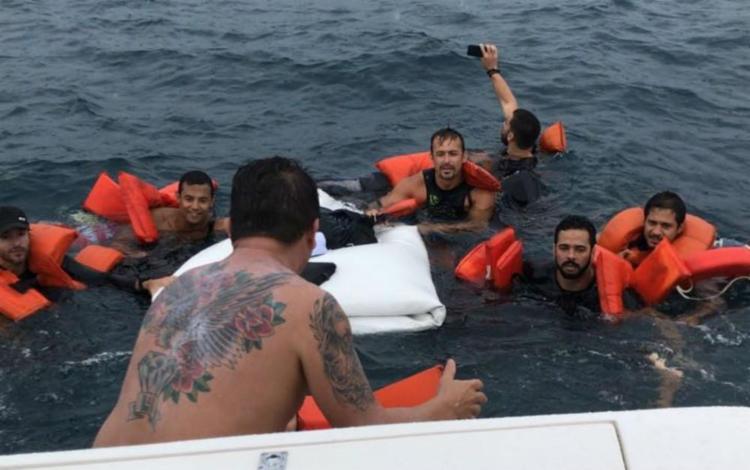 Ocupantes utilizavam coletes salva-vidas e aguardaram por socorro no mar - Foto: Divulgação | Graer