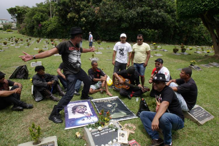 Fãs de Raul Seixas visitaram o túmulo do cantor - Foto: Luciano da Matta | Ag. A Tarde | 02.11.2017