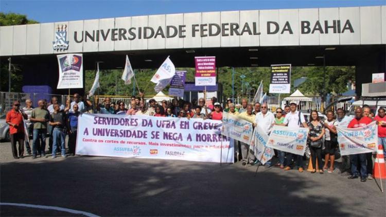 Ato em frente ao portão principal da universidade, em Ondina, impedindo o acesso de veículos - Foto: Divulgação l Assufba
