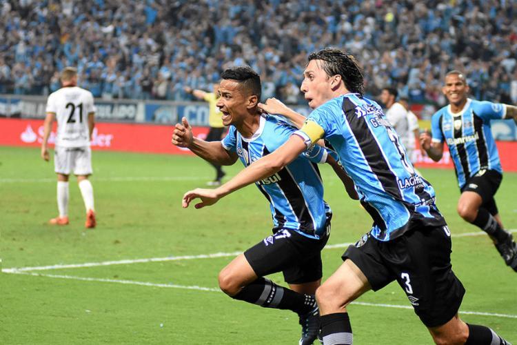 Cícero (E) comemora com Jeromel o gol do jogo após assistência de Jael (D) - Foto: Adilson Germann l Photo Premium l Ag. O Globo