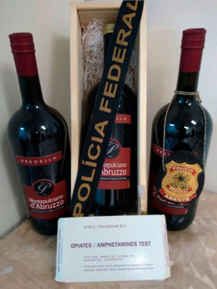 A droga estava acondicionada em três garrafas de vinho - Foto: Polícia Federal | Divulgação