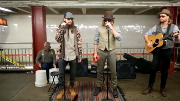 Maroon 5 e o apresentador Jimmy Fallon se disfarçaram para apresentação - Foto: Reprodução   Facebook