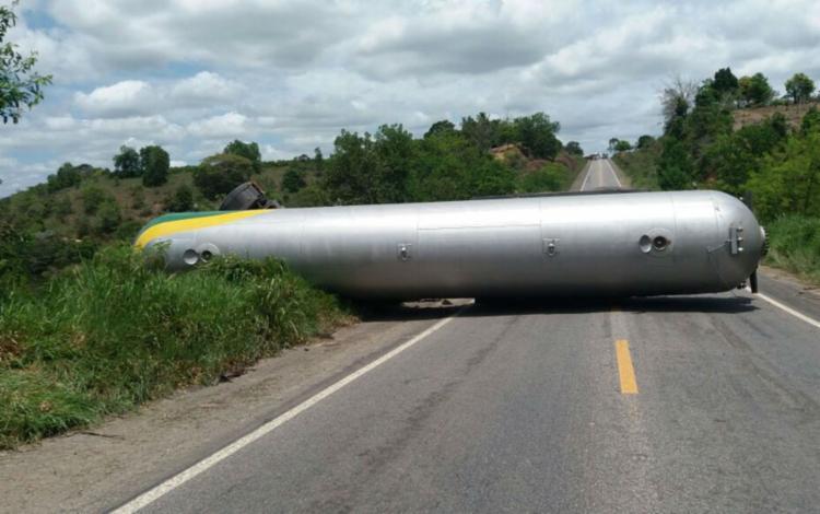 Caminhão tanque transporta material inflamável e só deve ser retirado durante a noite - Foto: Divulgação | PRF