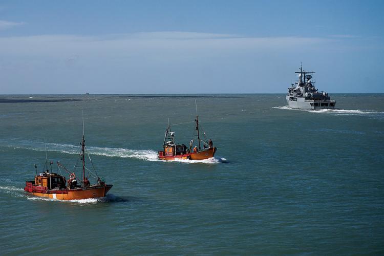 Uma megaoperação internacional mantém buscas a embarcação - Foto: Eitan Abromovich l AFP