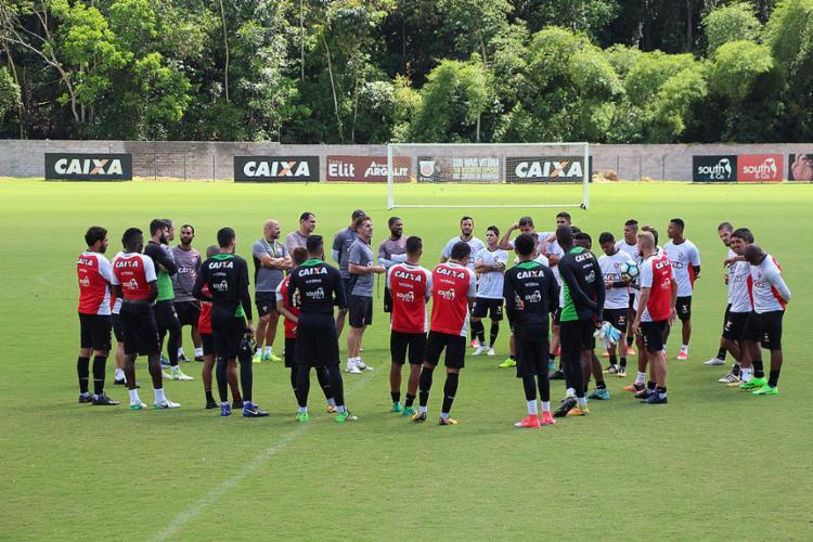 Treinador (C) não revela escalação para o jogo de domingo - Foto: Maurícia da Matta l EC Vitória