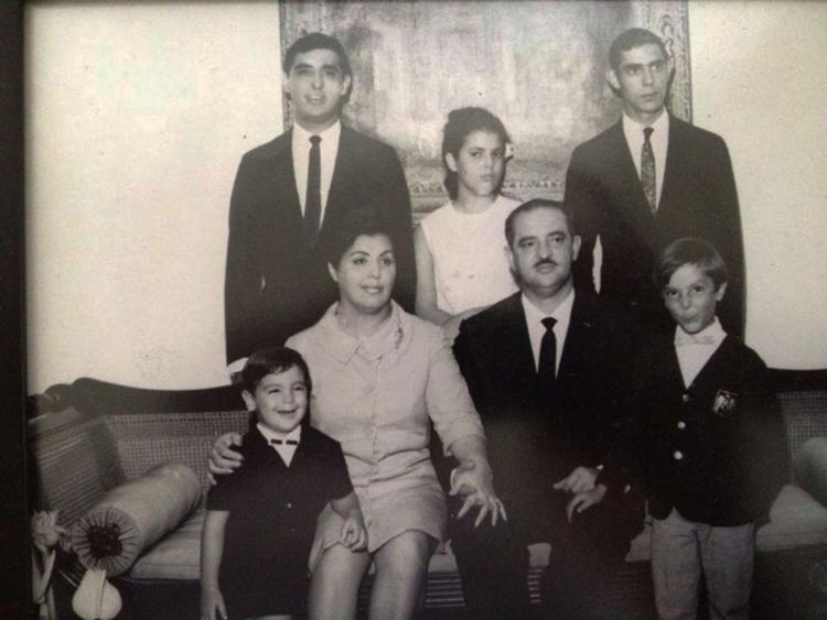 D. Detinha ao lado de Antônio Lomanto Júnior e dos cinco filhos - Foto: Reprodução | Site Jequié e Região